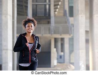 uśmiechanie się, młoda kobieta, wyścigi, zewnątrz