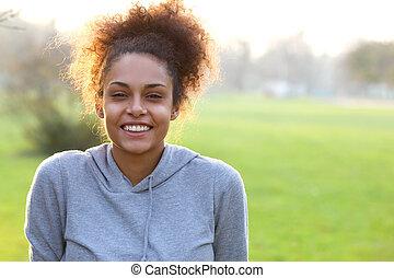 uśmiechanie się, młody, afrykańska amerykańska kobieta, outdoors
