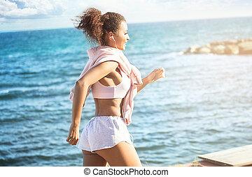 uśmiechanie się, młody, afrykańska amerykańska kobieta, wyścigi, outdoors.