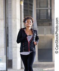 uśmiechanie się, młody, czarna kobieta, wyścigi, outdoors