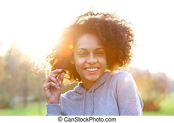 uśmiechanie się, młody, czarna kobieta, z, kędzierzawy włos
