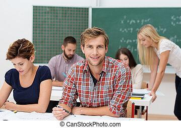 uśmiechanie się, młody mężczyzna, na, kolegium, albo,...