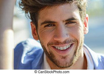 uśmiechanie się, młody mężczyzna