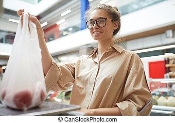 uśmiechanie się, obarczanie, dziewczyna, supermarket, pomidory