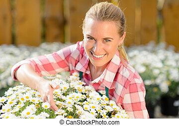 uśmiechanie się, ogrodowy środek, kobieta, doniczkowy, stokrotka, kwiaty