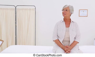 uśmiechanie się, pacjent, mówiąc, z, jej, poważny, doktor