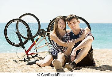 uśmiechanie się, para, bicycles, młody