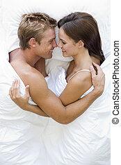 uśmiechanie się, para, leżący, łóżko