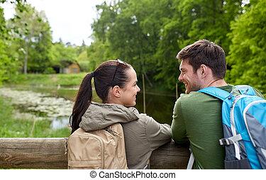 uśmiechanie się, para, z, backpacks, w, natura
