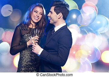uśmiechanie się, para, z, okulary szampana