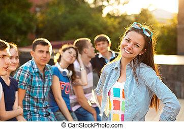 uśmiechanie się, przyjaciele, student, samica, outdoors