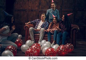 uśmiechanie się, przyjaciele, wywieszając, interpretacja, charades, na, urodzinowa partia