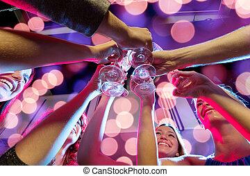 uśmiechanie się, przyjaciele, z, okulary szampana, w, klub