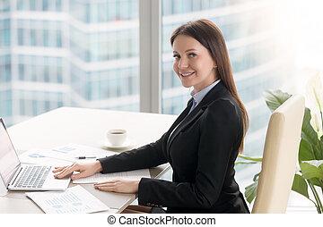 uśmiechanie się, radosny, młody, kobieta interesu, pracujący, biurowa kasetka, z