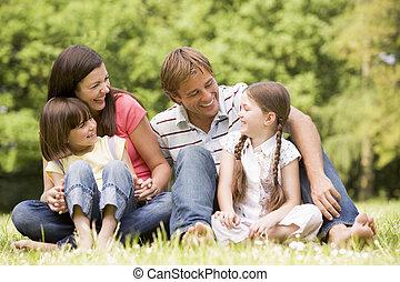 uśmiechanie się, rodzina, outdoors