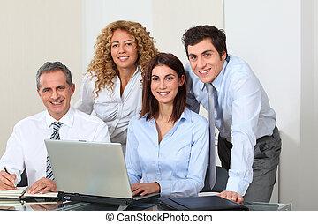 uśmiechanie się, spotkanie, biuro, handlowy zaludniają