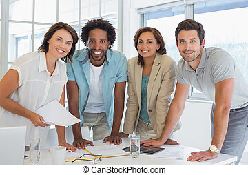 uśmiechanie się, spotkanie, handlowe biuro, ludzie