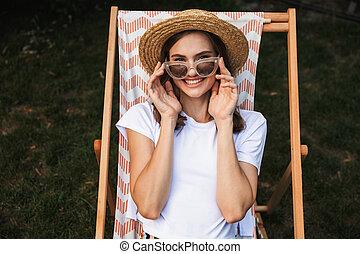 uśmiechanie się, sunglasses, młoda dziewczyna