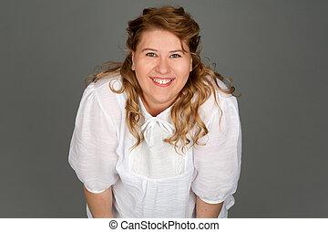 uśmiechanie się, tłuszcz, kobieta, na, szare tło