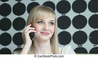 uśmiechnięta dziewczyna, mówiąc, na, smartphone, na, niejaki, kawiarnia