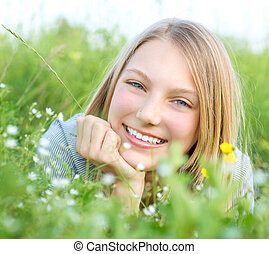 uśmiechnięta dziewczyna, odprężając, outdoors., łąka