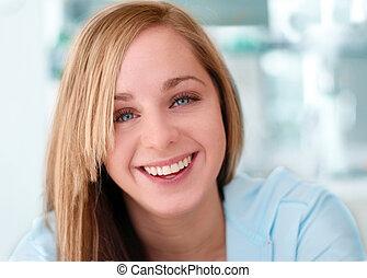 uśmiechnięta dziewczyna, szczęśliwy
