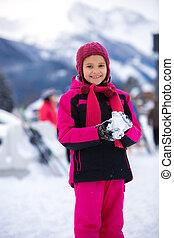 uśmiechnięta dziewczyna, w, różowy, garnitur narty, zrobienie, snowball