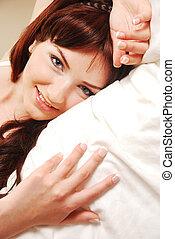 uśmiechnięta kobieta, łóżko