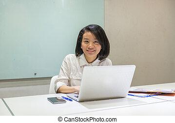 uśmiechnięta kobieta, biuro, pracujący, asian
