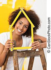 uśmiechnięta kobieta, dekorowanie, jej, nowy dom