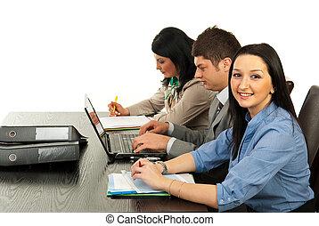 uśmiechnięta kobieta, handlowe biuro