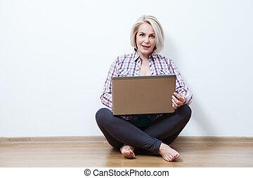 uśmiechnięta kobieta, laptop., posiedzenie