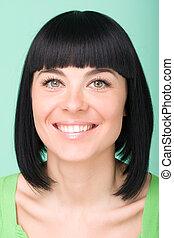 uśmiechnięta kobieta, na, zielone tło