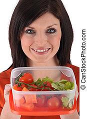 uśmiechnięta kobieta, przygotowując, sałata