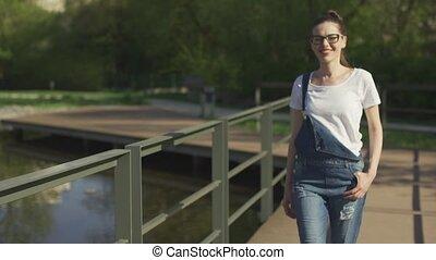 uśmiechnięta kobieta, reputacja, w parku, blisko, woda