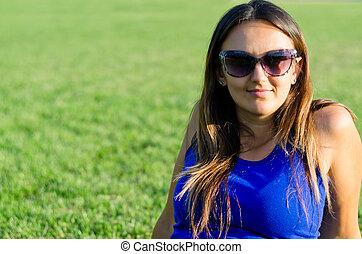 uśmiechnięta kobieta, sunglasses