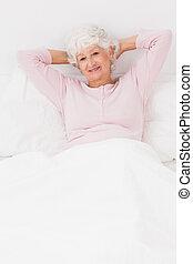 uśmiechnięta kobieta, w łóżku