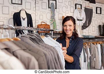 uśmiechnięta kobieta, wybierając, koszula, w, odzież zapas