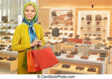 uśmiechnięta kobieta, zakupy, asian, muslim