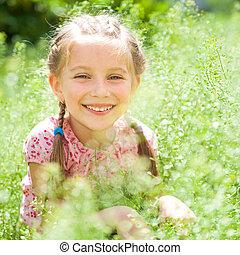 uśmiechnięta mała dziewczyna