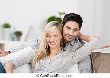 uśmiechnięta szczęśliwa para, młody