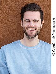uśmiechnięty człowiek, młody, broda