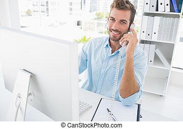 uśmiechnięty człowiek, używając, telefon, i, komputer, w, biuro