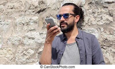 uśmiechnięty człowiek, z, smartphone, powołanie, na, miasto ulica, 12