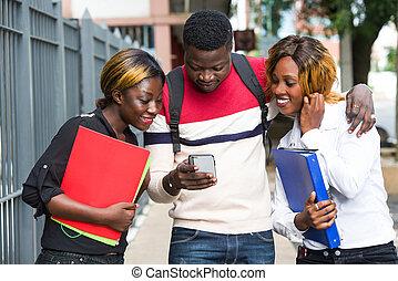 uśmiechnięty., ruchomy, grupa, telefon, studenci