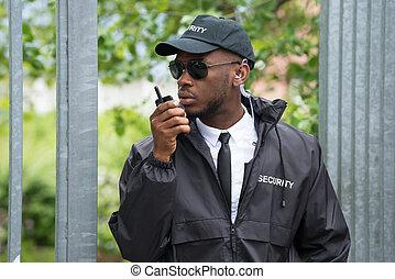 używając, bezpieczeństwo, walkie-talkie, uchronić
