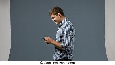używając, człowiek, smartphone, młody
