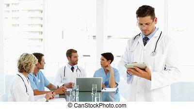 używając, doktor, zamyślony, tabliczka