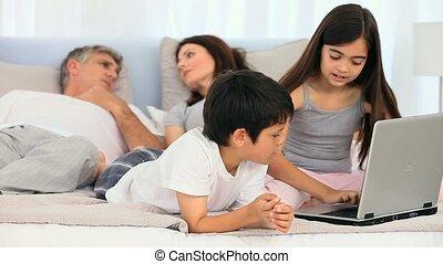 używając, dzieci, laptop