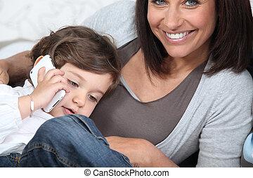 używając, dziecko, jego, cellphone, matczyny